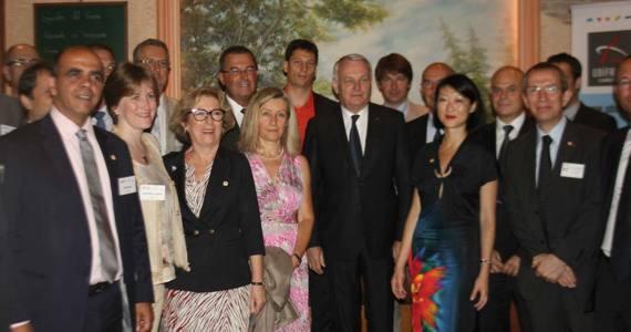 A Séoul, Monsieur Jean-Marc Ayrault (Premier ministre) est entouré de Madame Valérie Chevreul (Directrice Générale de Lemer Pax), Madame Fioraso (Ministre de l'enseignement supérieur et de la Recherche) et Madame Fleur Pellerin (Ministre déléguée aux PME à l'innovation et à l'économie numérique)
