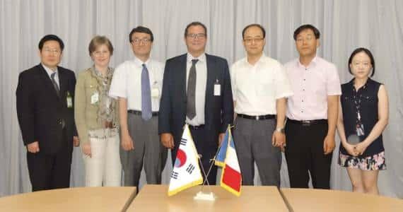 A Séoul, Valérie Chevreul et Pierre-Marie Lemer entourés des équipes dirigeantes de Shinhwa et de Kaer