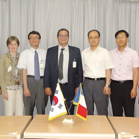A Séoul, Valérie Chevreul et Pierre-Marie Lemer entourés des équipes dirigeantes de Shinhwa et de Kaeri