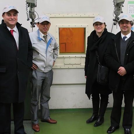 L'équipe Atox entoure Pierre-Marie Lemer, Valérie Chevreul et Frédéric Laurent (bureau de représentation du CIC au Japon)